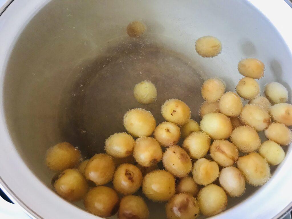 Фото рецепта - Компот из желтой черешни, малины и смородины - шаг 2
