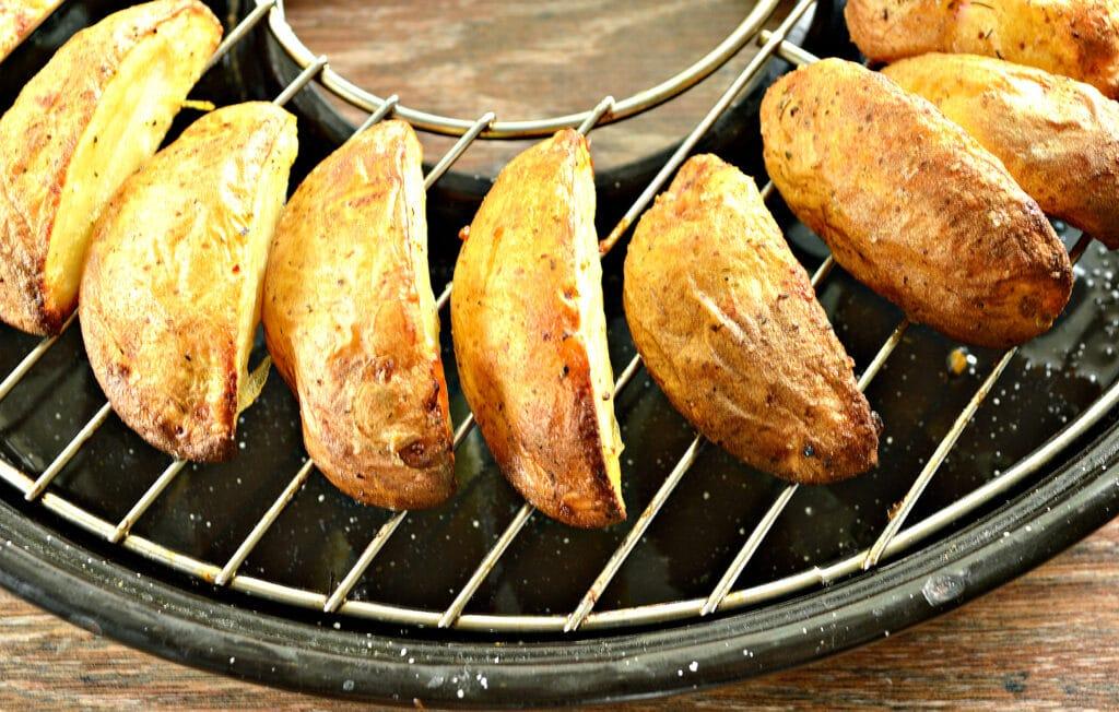 Фото рецепта - Картофель по-деревенски в сковороде гриль-газ - шаг 5