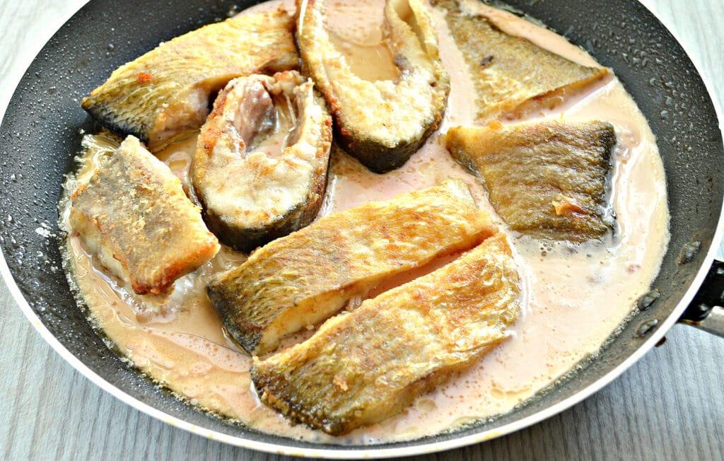 Фото рецепта - Рыба в томатно-сметанном соусе на сковороде - шаг 5