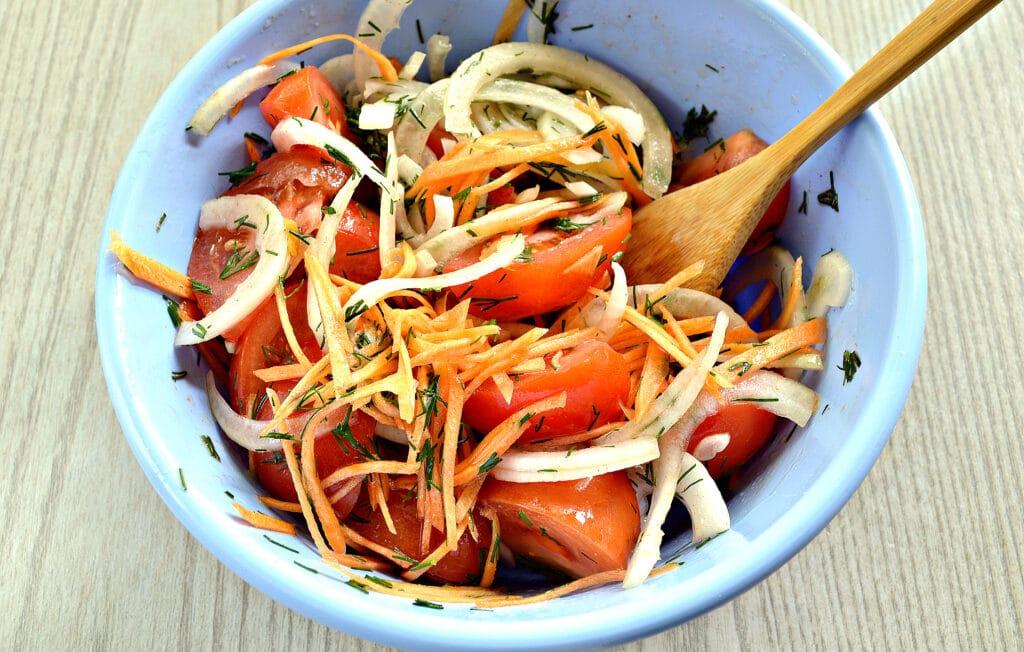 Фото рецепта - Пикантная закуска из помидоров с зеленью и морковью - шаг 6