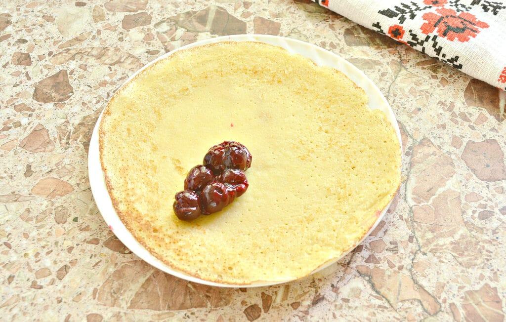 Фото рецепта - Конвертики из блинов с вишневой начинкой - шаг 6