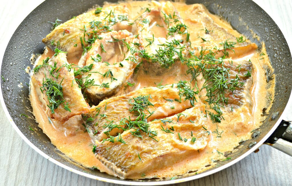 Фото рецепта - Рыба в томатно-сметанном соусе на сковороде - шаг 6
