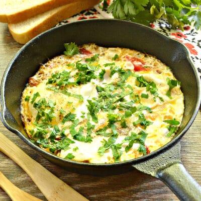 Яичница с луком, помидорами и зеленью - рецепт с фото