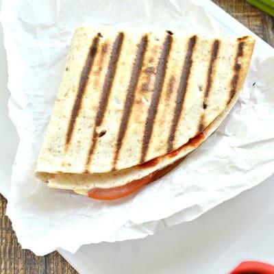 Сэндвич из тортильи с колбасой, помидорами и сыром - рецепт с фото
