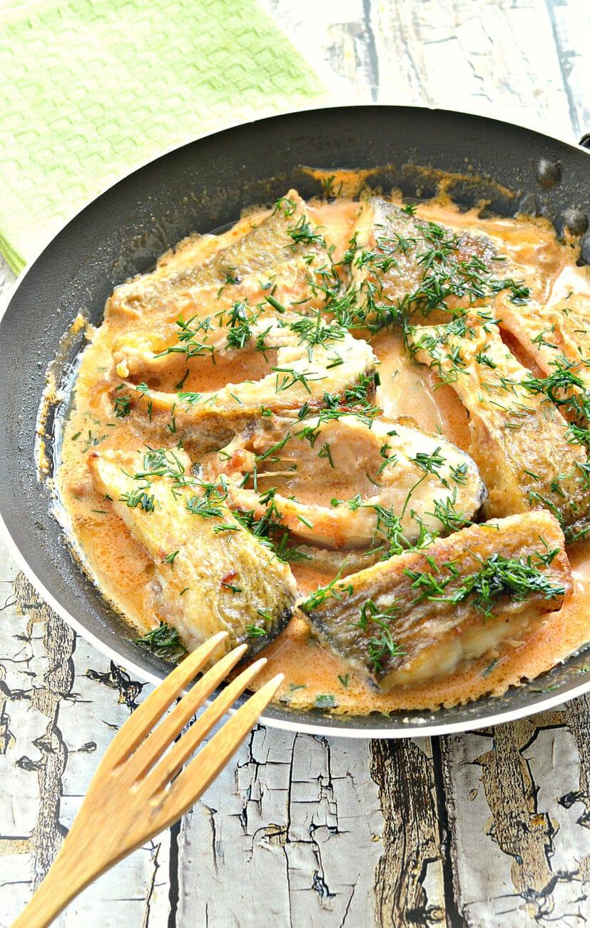 Рыба в томатно-сметанном соусе на сковороде