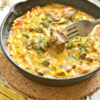Печень с овощами со сметаной подливкой - рецепт с фото