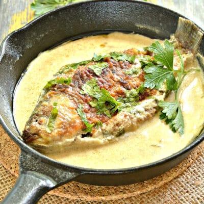 Тушеный карась в сметанном соусе - рецепт с фото