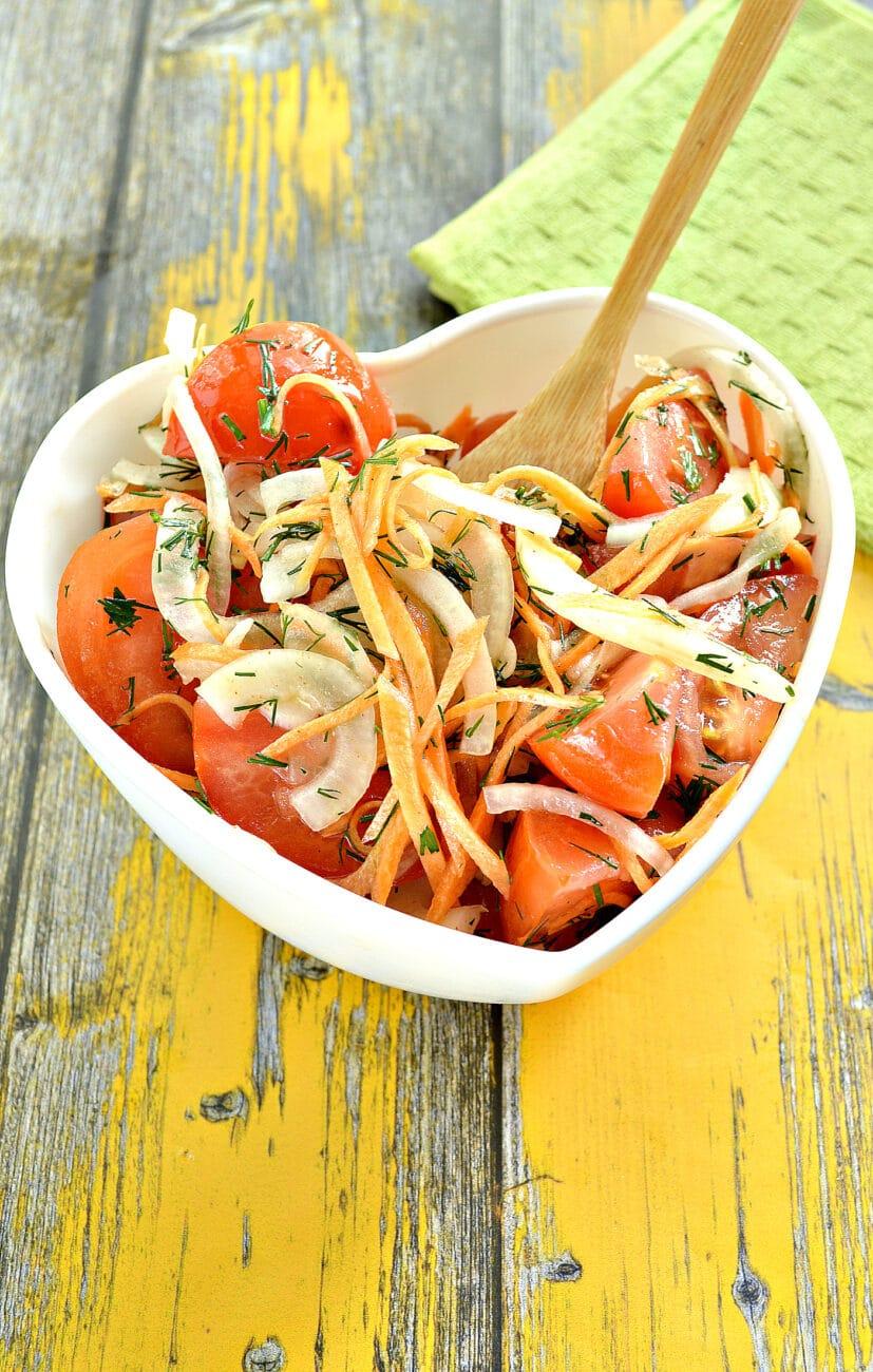 Пикантная закуска из помидоров с зеленью и морковью