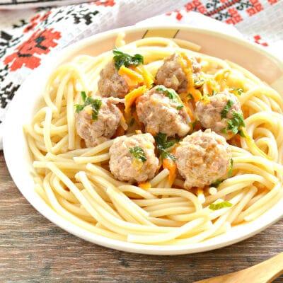 Фрикадельки с овощной подливой на сковороде - рецепт с фото