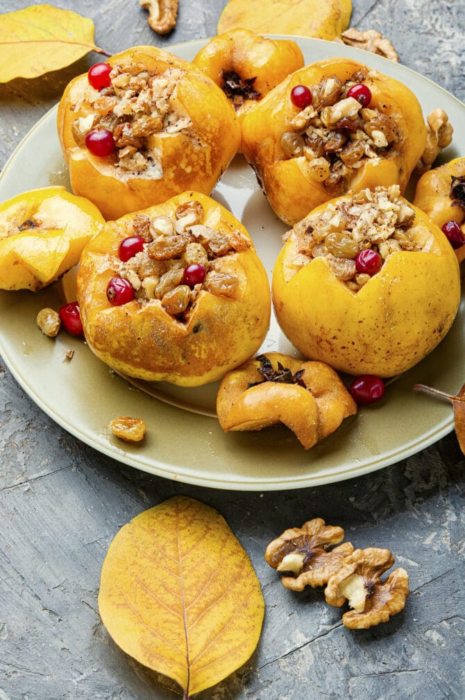 Фото рецепта - Айва, запеченная с орехами и изюмом - шаг 5
