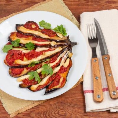 Баклажаны с сыром и помидорами - рецепт с фото