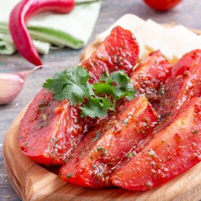 Быстрые малосольные помидоры с острым перцем