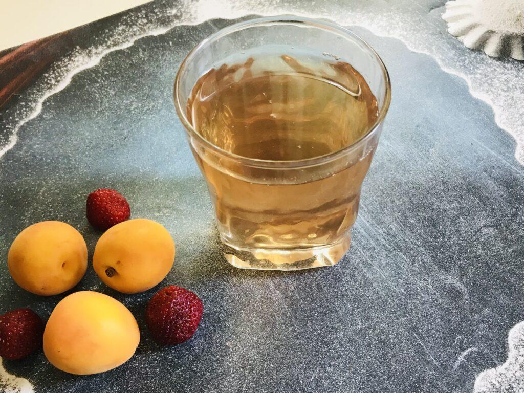 Фото рецепта - Клубнично-земляничный компот с абрикосами - шаг 5