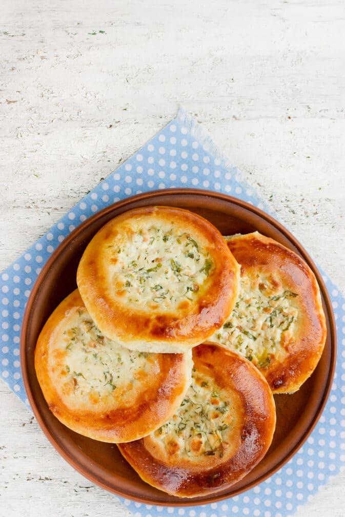 Фото рецепта - Дрожжевые булочки с творогом и зеленью - шаг 5