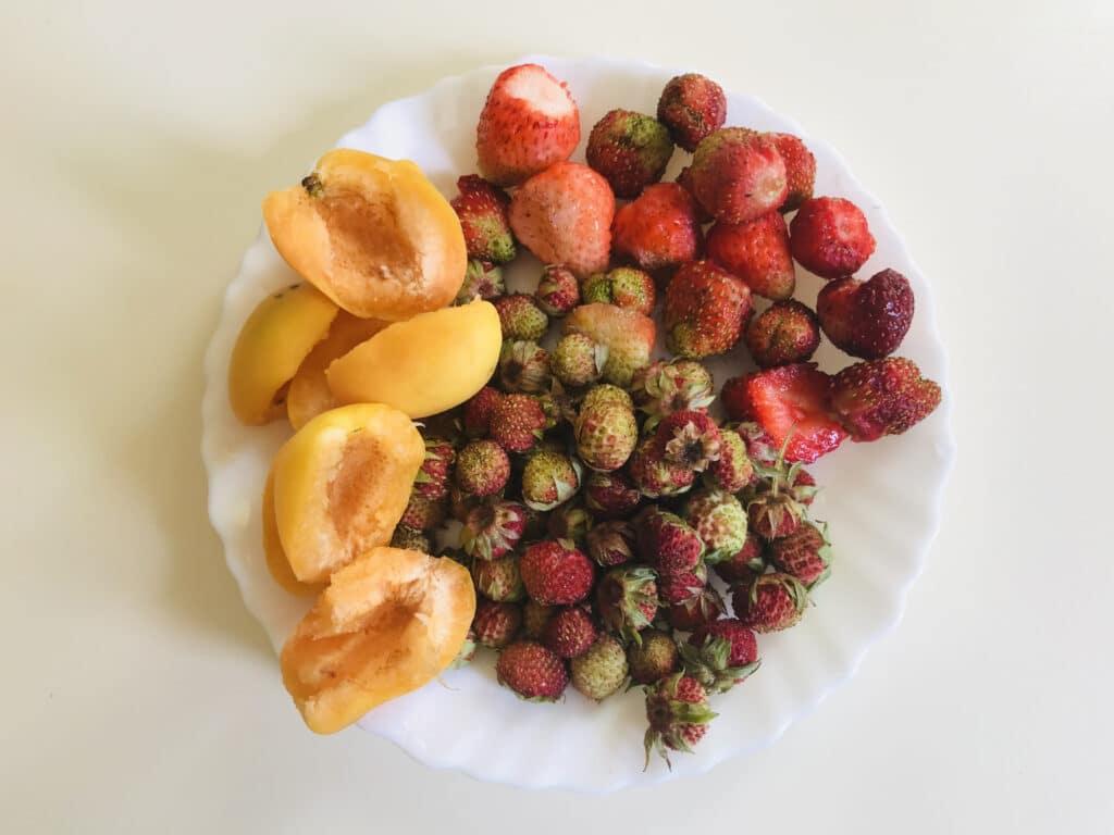 Фото рецепта - Клубнично-земляничный компот с абрикосами - шаг 1