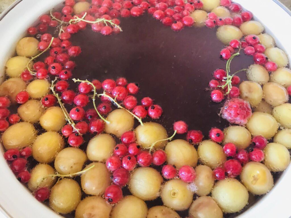 Фото рецепта - Компот из желтой черешни, малины и смородины - шаг 3