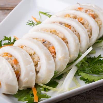 Фаршированные кальмары в сметане - рецепт с фото