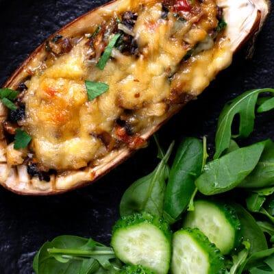 Фаршированные половинки баклажанов с грибами и овощами - рецепт с фото