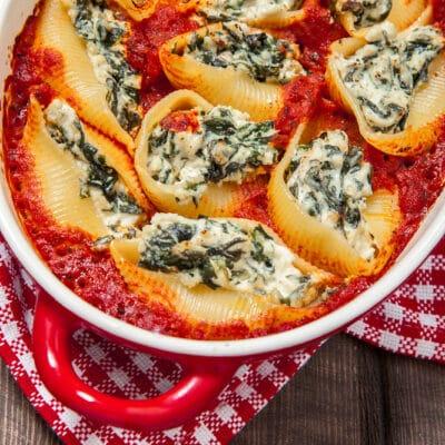 Фаршированные ракушки в томатном соусе - рецепт с фото