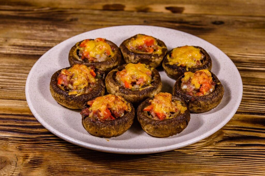 Фото рецепта - Фаршированные шампиньоны с фаршем и томатами - шаг 7