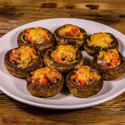Фаршированные шампиньоны с фаршем и томатами - рецепт с фото