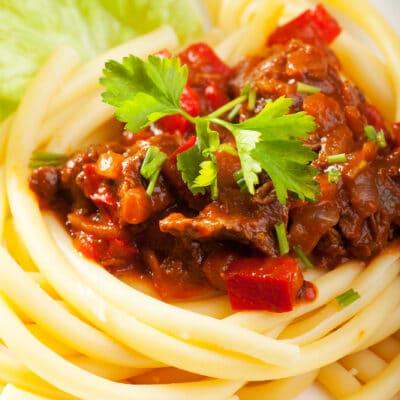 Гуляш со спагетти