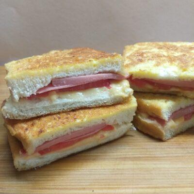 Гренки с колбасой, помидорами и сыром - рецепт с фото