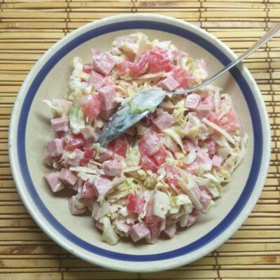 Капустный салат с колбасой, помидорами и пармезаном - рецепт с фото