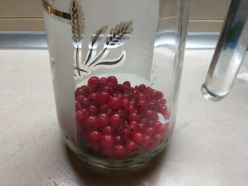 Фото рецепта - Домашний лимонад из красной смородины с мятой - шаг 3