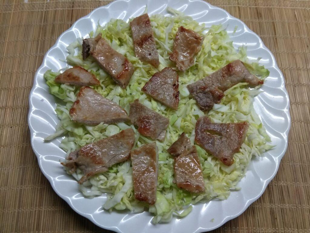 Фото рецепта - Салат с капустой, свининой и красной смородиной - шаг 2