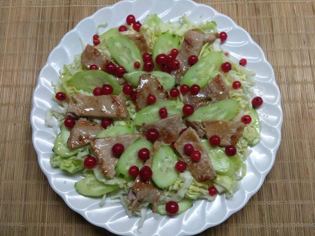 Фото рецепта - Салат с капустой, свининой и красной смородиной - шаг 6