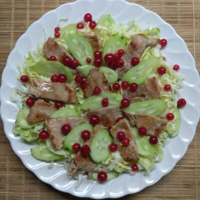 Салат с капустой, свининой и красной смородиной - рецепт с фото