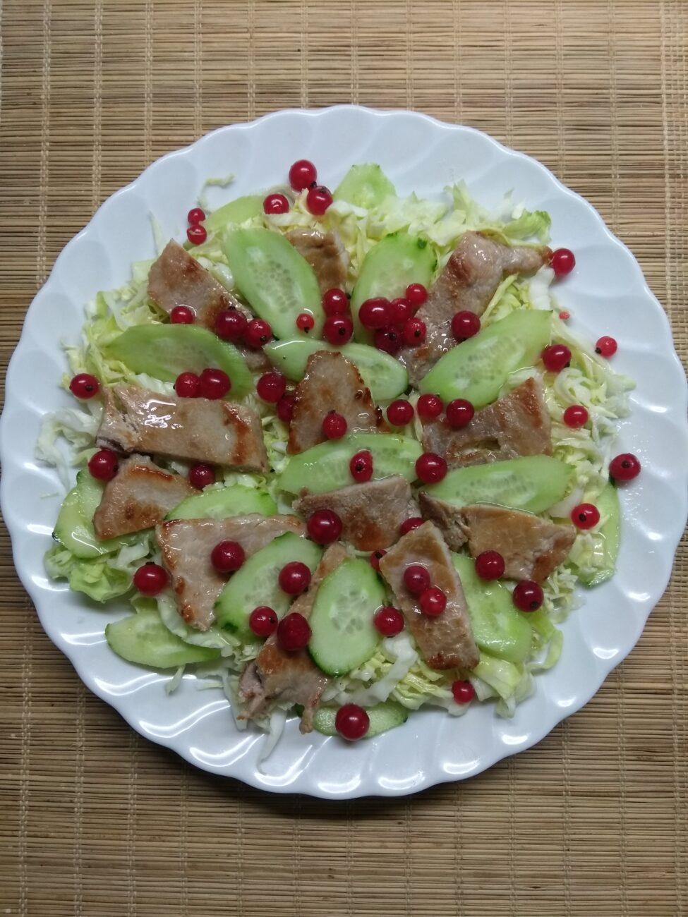 Салат с капустой, свининой и красной смородиной