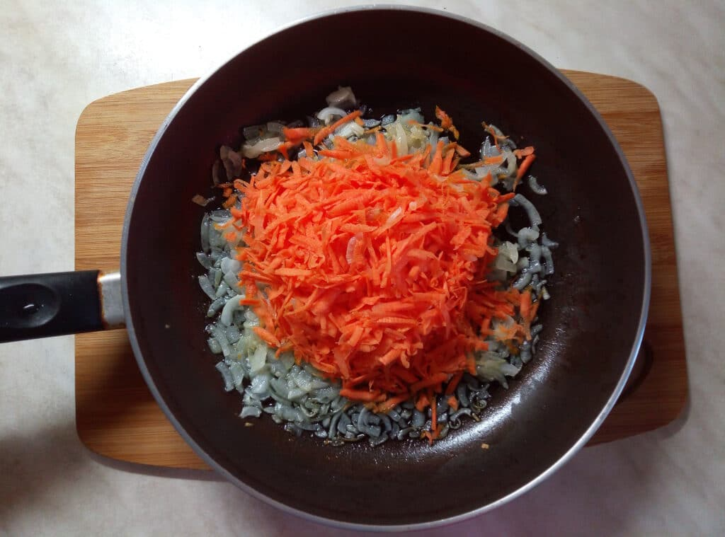 Фото рецепта - Спаржевая фасоль с луком и морковью в сметанном соусе - шаг 3