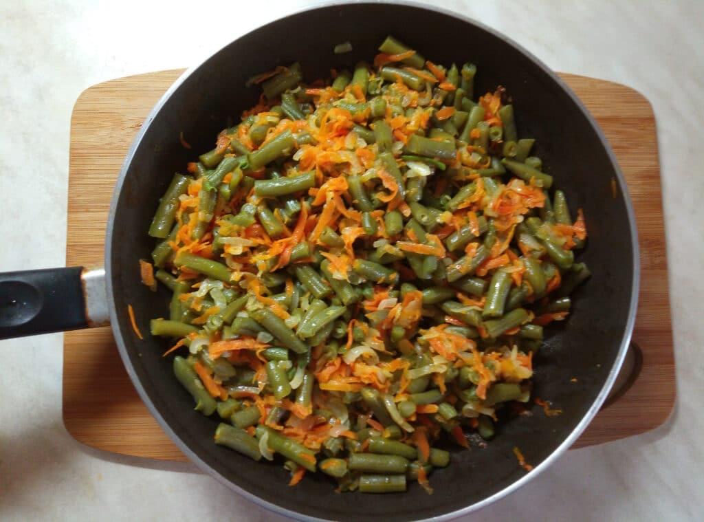 Фото рецепта - Спаржевая фасоль с луком и морковью в сметанном соусе - шаг 5