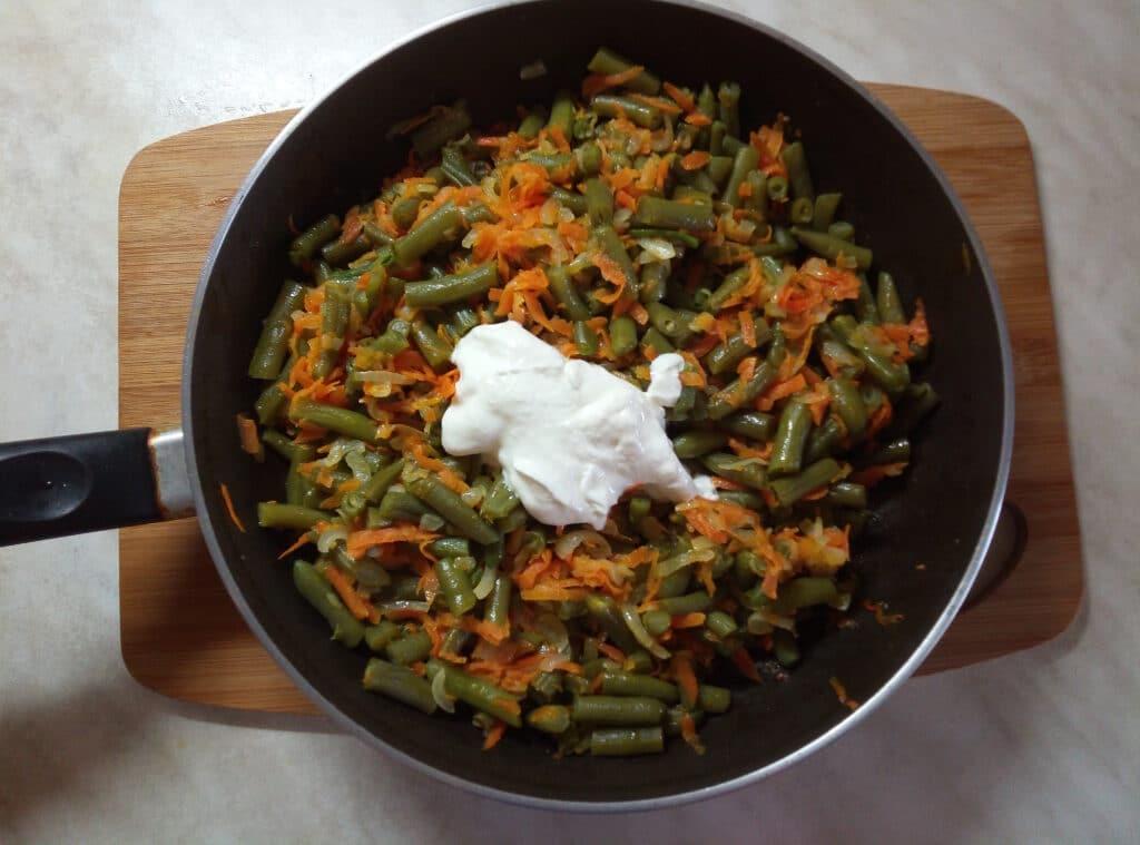 Фото рецепта - Спаржевая фасоль с луком и морковью в сметанном соусе - шаг 4