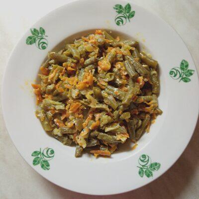 Спаржевая фасоль с луком и морковью в сметанном соусе - рецепт с фото