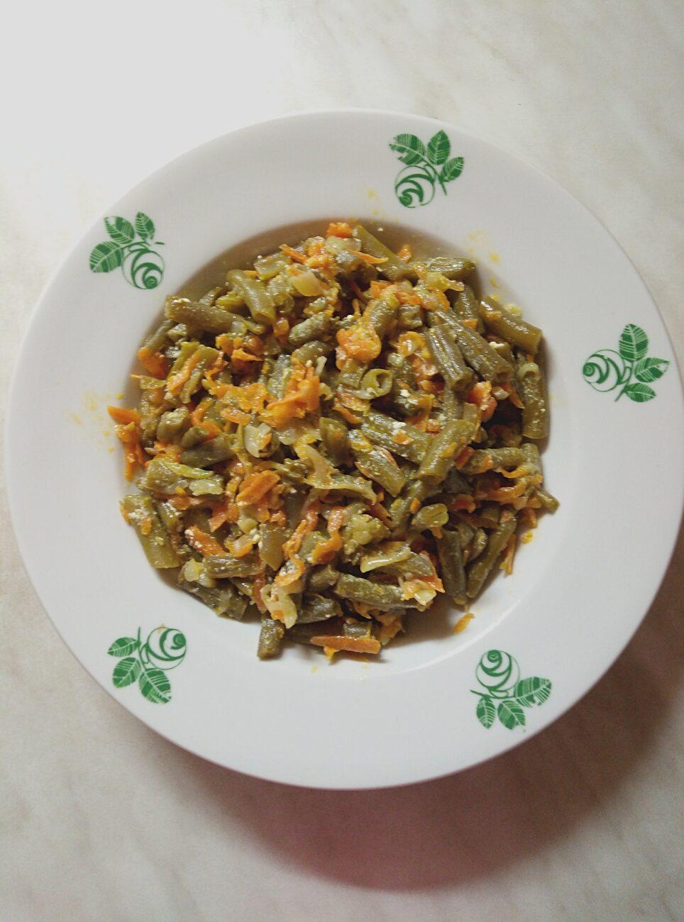 Спаржевая фасоль с луком и морковью в сметанном соусе