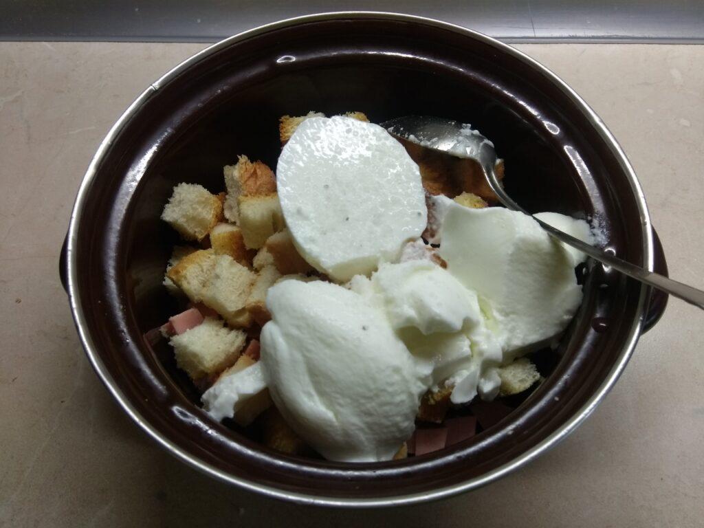 Фото рецепта - Салат с сардельками, свежими овощами и гренками - шаг 5