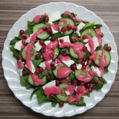 Салат со шпинатом, брынзой, огурцами и красной смородиной - рецепт с фото