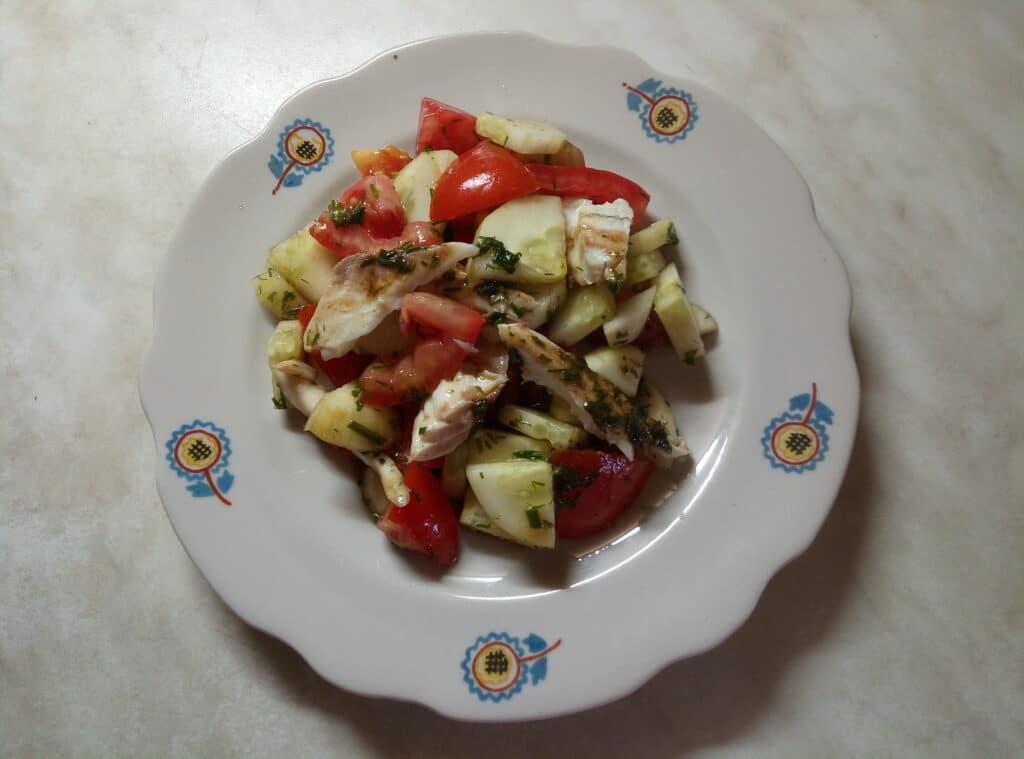 Фото рецепта - Салат со свежими овощами и запеченной дорадо - шаг 6