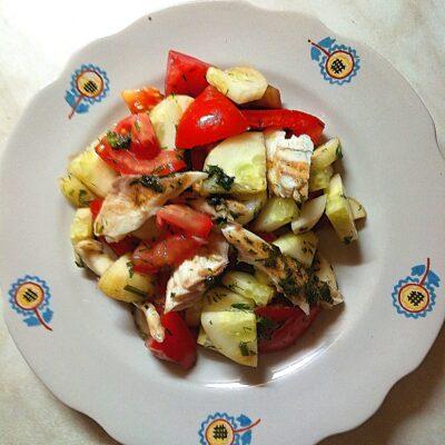 Салат со свежими овощами и запеченной дорадо - рецепт с фото
