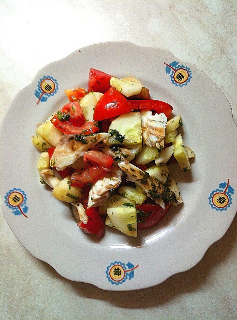 Салат со свежими овощами и запеченной дорадо