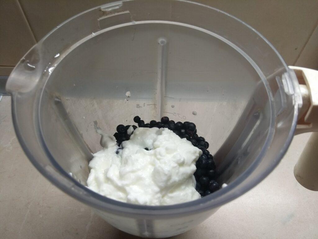 Фото рецепта - Домашнее мороженное из банана, черники и йогурта - шаг 3