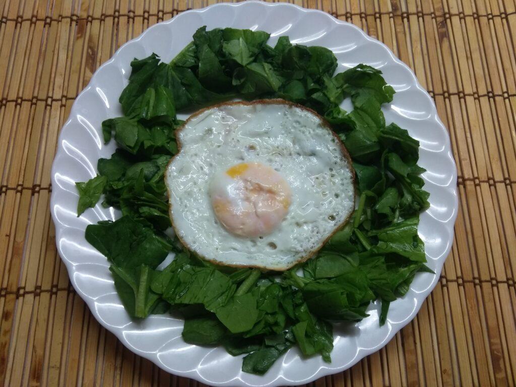 Фото рецепта - Салат-завтрак со шпинатом, яйцом, помидором и колбасой - шаг 2