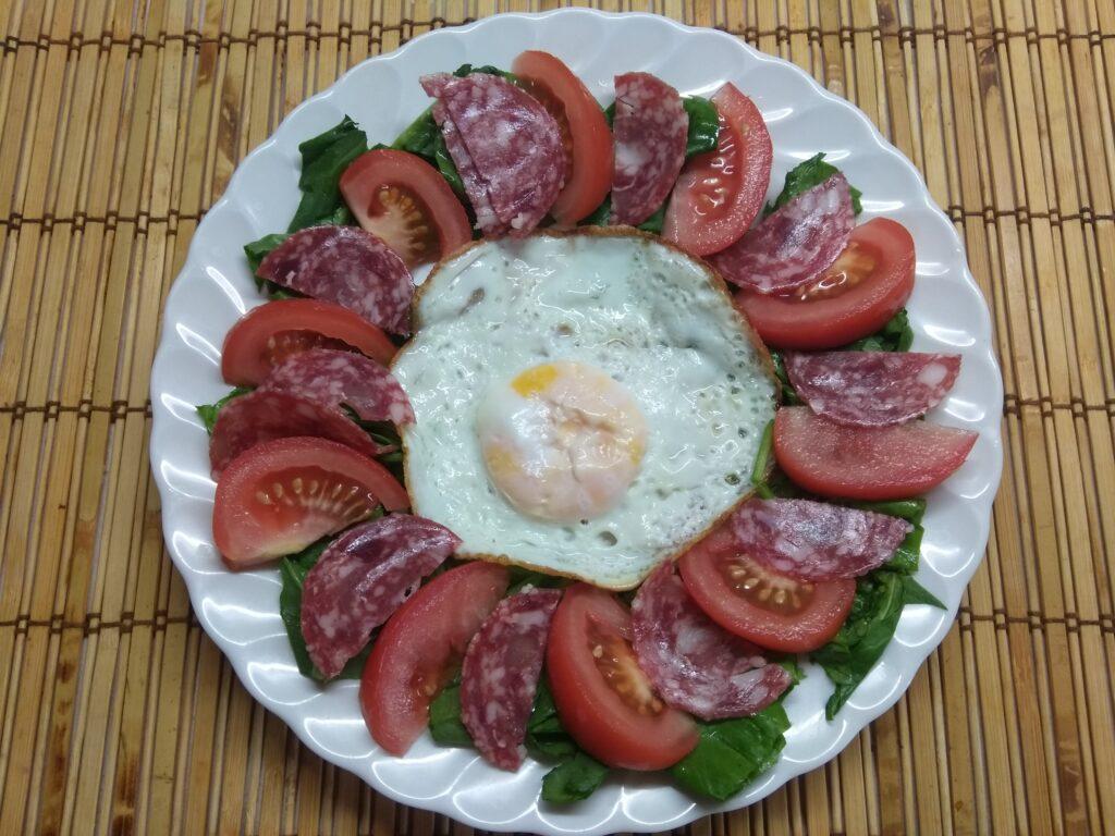 Фото рецепта - Салат-завтрак со шпинатом, яйцом, помидором и колбасой - шаг 4