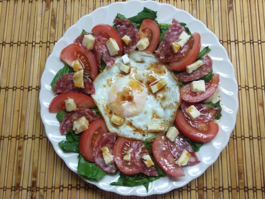 Фото рецепта - Салат-завтрак со шпинатом, яйцом, помидором и колбасой - шаг 7