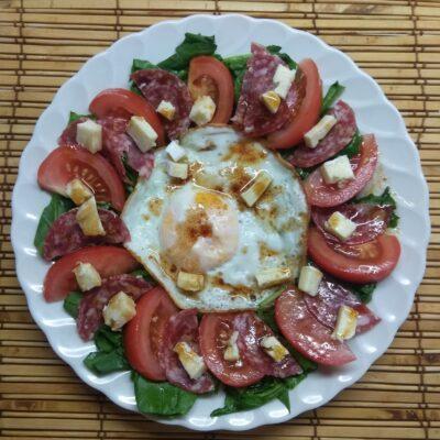 Салат-завтрак со шпинатом, яйцом, помидором и колбасой - рецепт с фото