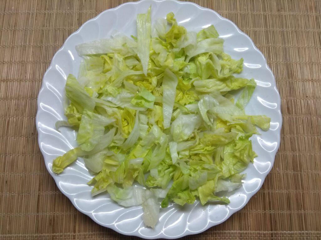 Фото рецепта - Салат с айсбергом, свиной вырезкой и черникой - шаг 1