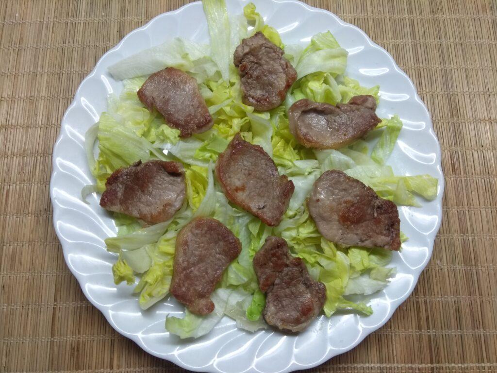 Фото рецепта - Салат с айсбергом, свиной вырезкой и черникой - шаг 2